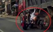 Hai cô gái ngã văng dưới bánh xe tải