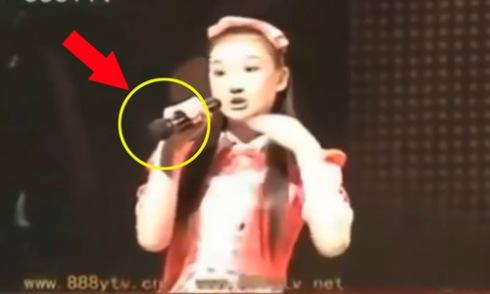 Người đẹp Trung Quốc lộ hát nhép khi cầm ngược micro