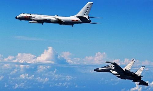Máy bay ném bom H-6K của Trung Quốc (trên) và chiến đấu cơ Su-30 tập trận ở biển Hoa Đông. Ảnh: SCMP.