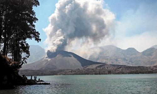 Khói bụi bốc lên từ miệng núi lửa Rinjani, Indonesia. Ảnh: Reuters.