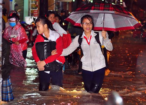 Lãnh đạo TP Biên Hòa lo lắng an toàn của các em học sinh khi mưa ngập xảy ra. Ảnh: Phước Tuấn