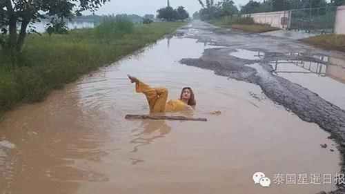 Một người phụ nữ tỉnhChaiyaphum, đông bắc Thái Lan, thậm chí nằm giữa vũng bùn