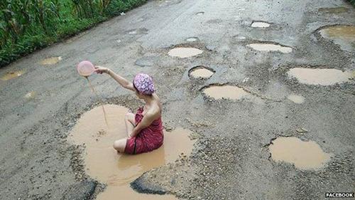 Người mẫu Palm tắm bùn trên con đường nham nhởở huyện Mae Ramat, tỉnh Tak,