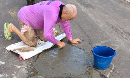 Peter Goman,76 tuổi,mộtkỹ sư người Đức nghỉ hưu, được người dùng mạng xã hội ca ngợi sau khi người vợ Thái Lan của ông đăng tải các bức ảnh cho thấy chồng đang giúp vá lại ổ gà trên con đường gần nhà họ ở tỉnh Buriam.