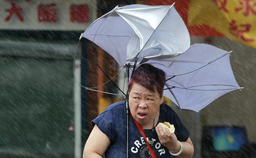 Bức ảnhchụp bà Daiđi trên đường phố Đài Loanhôm 27/9 giữa bão Megi. Ảnh: AP