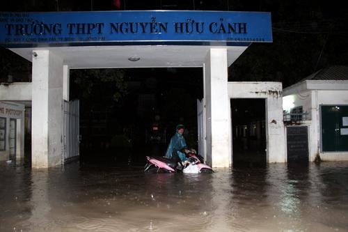 Trong 4 ngày qua, trường THPT Nguyễn Hữu Cảnh có đến 3 hôm nước tràn vào phòng học. Ảnh: Phước Tuấn