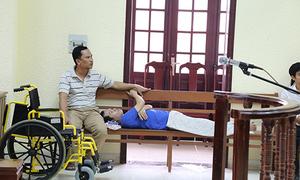 Tài xế gây vụ lật tàu SE5 nằm trên ghế khi bị xét xử