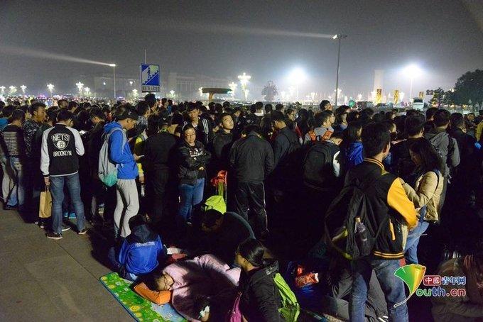 Dân Trung Quốc trải chăn chiếu ngủ ở Thiên An Môn đón quốc khánh