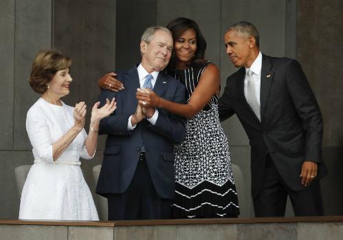 michelle-obama-vu-khi-loi-hai-hon-chong-cho-hillary-clinton-1