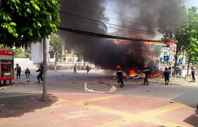 Hiện trường xe taxi nổ tung trên đường