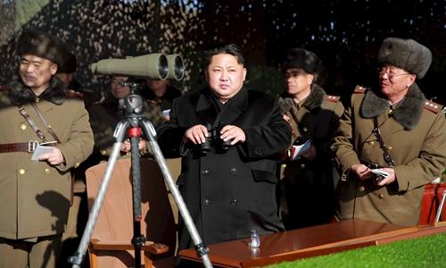 Nhà lãnh đạo Triều Tiên Kim Jong-un thị sát quân đội Triều Tiên tập trận. Ảnh: Japan Times.