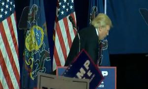 Trump làm bộ giễu Clinton 'không đi nổi 5 mét tới xe hơi'