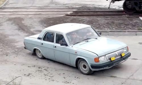 Chiếc xe 4 chỗ nhồi nhét hơn 10 công nhân Nga. Ảnh: Mirror.