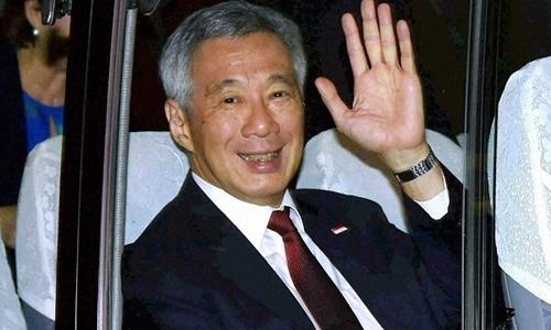 Thủ tướng Singapore Lý Hiển Long lên xe buýt ở sân bay New Delhi. Ảnh: PTI.