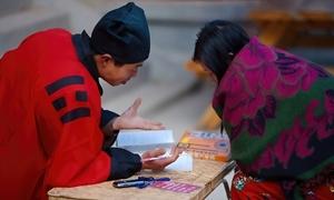 Thầy bói Trung Quốc sờ ngực phụ nữ đoán mệnh