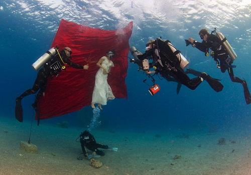 Lặn xuống biển sâu theo yêu cầu của khách hàng.