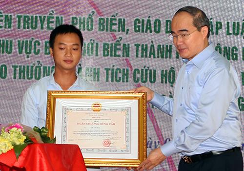 tang-huan-chuong-cho-ngu-dan-cuu-nguoi-vu-chim-tau-song-han