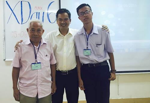 Hai sinh viên của trường, ông Nguyễn Phương Quế (trái) vàem Trần Gia Hy (bên phải) cách nhau 60 tuổi.