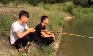 Hai chàng trai ngã xuống sông khi đang câu cá