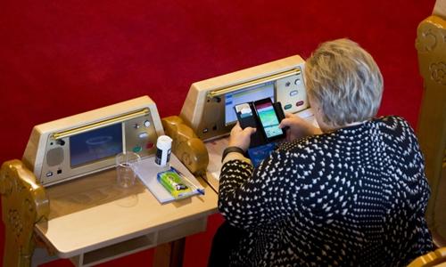 Thủ tướng Na Uy Erna Solberg chơi Pokemon Go tại quốc hội ngày 4/10. Ảnh: TV2.