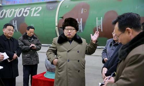 Nhà lãnh đạo Kim Jong-un trò chuyện với các nhà khoa học hạt nhân Triều Tiên. Ảnh: Reuters.