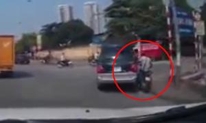 Ôtô vào cua ẩu ép người đi xe máy lao lên vỉa hè