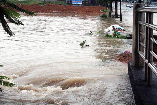 Nước chảy xiết ở khu vực người phụ nữ bị nước cuốn. Ảnh: Nguyệt Triều