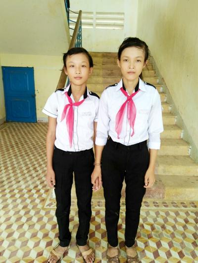Hai chị em Đoàn Thị Mỹ Linh (lớp 8/1) và Đoàn Thị Mỹ Loan (lớp 6/2).