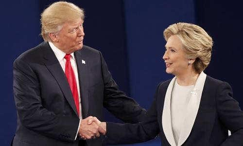 Donald Trump và Hillary Clinton bắt tay nhau khi cuộc tranh luận kết thúc. Ảnh: Reuters.