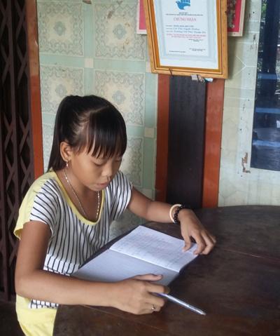 Ngọc Điểm tranh thu thời gian học bài và phụ giúp ông bà