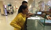 Nhân viên sân bay gây xúc động khi đổi vé miễn phí cho khách vừa mất mẹ
