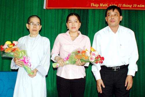 Hai chị em chị Phụng được TAND huyện Tháp Mười xin lỗi sau 16 năm oan sai. Ảnh: Báo Đồng Tháp