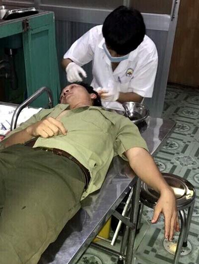Lực lượng dân phòng bị thương do bị tấn công khi cưỡng chế chợ. Ảnh: Nguyệt Triều