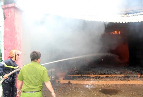 Cảnh sát nỗ lực dập tắt đám cháy. Ảnh: Hồ Nam