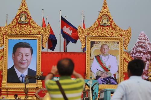 Chân dung Chủ tịch Trung Quốc Tập Cận Bình (trái) và Quốc vương Campuchia Norodom Sihamoni tại thủ đô Phnom Penh ngày 11/10. Ảnh: Reuters.