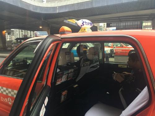 y-kien-trai-chieu-viec-lap-vach-ngan-tren-taxi