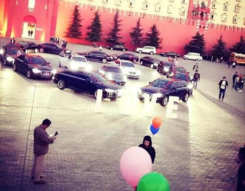Chàng trai xếp16 chiếc siêu xe thành hình trái tim giữa sân trường để cầu hôn. Ảnh: Ifeng