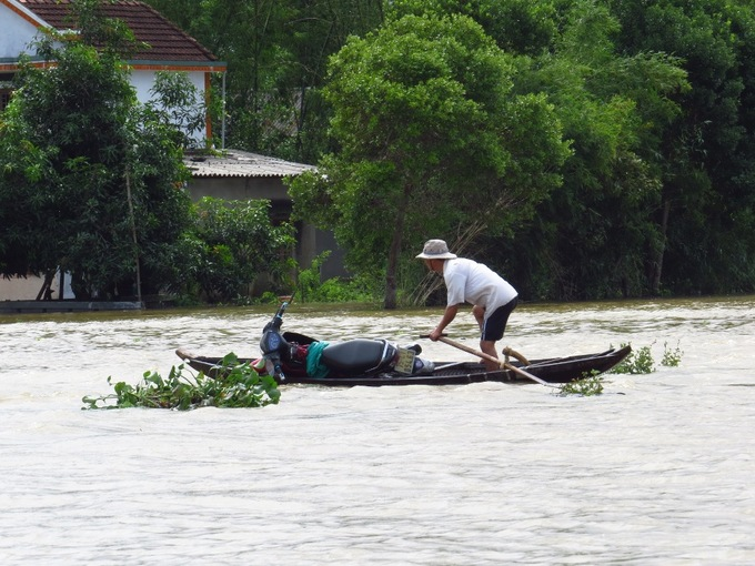 Nước lũ tràn ngập vùng trũng Thừa Thiên - Huế