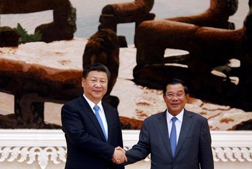 Chủ tịch Trung Quốc bắt tay Thủ tướng Campuchia tại PhnomPenh. Ảnh: Reuters