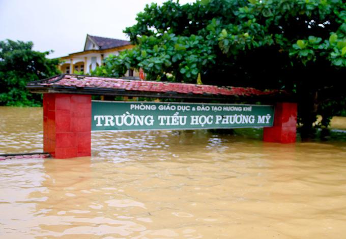 Trường học chìm trong lũ, học sinh phải nghỉ dài