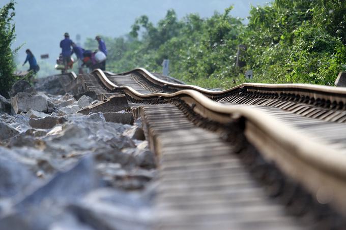 Đường sắt bị uốn cong trong lũ kỷ lục