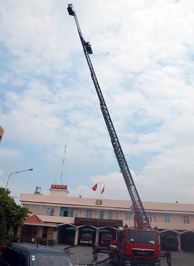 Xe thang cao 62 m, có khả năng cứu hộ - chữa cháy ở tầng 18-20. Ảnh: Nguyệt Triều