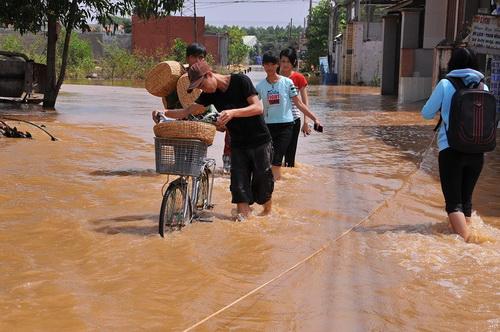 Nước ngập nặng các tuyến đường huyết mạch xã Phước Tân, TP Biên Hòa sáng nay. Ảnh: Thái Hà
