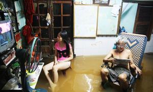 Người Sài Gòn sống quen với ngập khi triều cường cao nhất năm