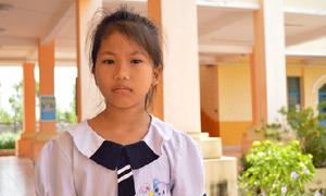 Cô học sinh lớp 2 vượt khó để đến trường