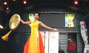 Nguyễn Thị Loan mặc áo tứ thân tại Miss Grand International 2016