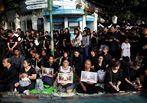 Người Thái mặc đồ đen, trắng ra đường chứng kiến lễ rước linh cữu vua tới Hoàng Cung. Ảnh: Reuters
