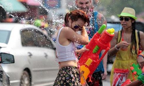 Người đẹp khóc nức nở vì bị ô tô tạt nước bẩn vào người