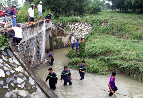 Cảnh sát cứu hộ đã giăng lưới tìm bé trai suốt 2 ngày qua. Ảnh: Phước Tuấn