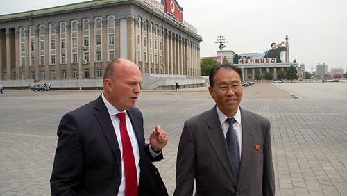 Ông Kung Sok-ung (phải) khi còn giữ chức thứ trưởng Ngoại giao Triều Tiên. Ảnh: n-tv
